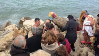 Πάτρα: Βούτηξαν για τον σταυρό αλλά πιάστηκαν στα χέρια (vid)