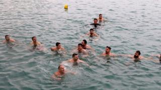 Ηράκλειο: Βούτηξαν στα παγωμένα νερά και σχημάτισαν τον σταυρό