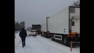Ατύχημα στην παλιά εθνική Πατρών-Κορίνθου - οχήματα αποκλεισμένα στο χιόνι (vid)