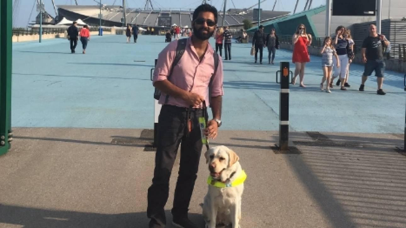Τυφλός βάζει κάμερα στον σκύλο οδηγό του για να δείξει τον ρατσισμό που βιώνει (pics)