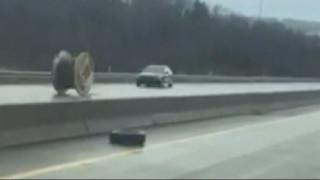 Απίστευτο: Καρούλι καλωδίων σε τρελή πορεία τρομοκρατεί οδηγούς