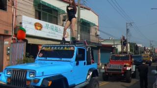 «Ένδοξο» αντίο: Κηδεύτηκε συνοδεία... 50 pole dancers