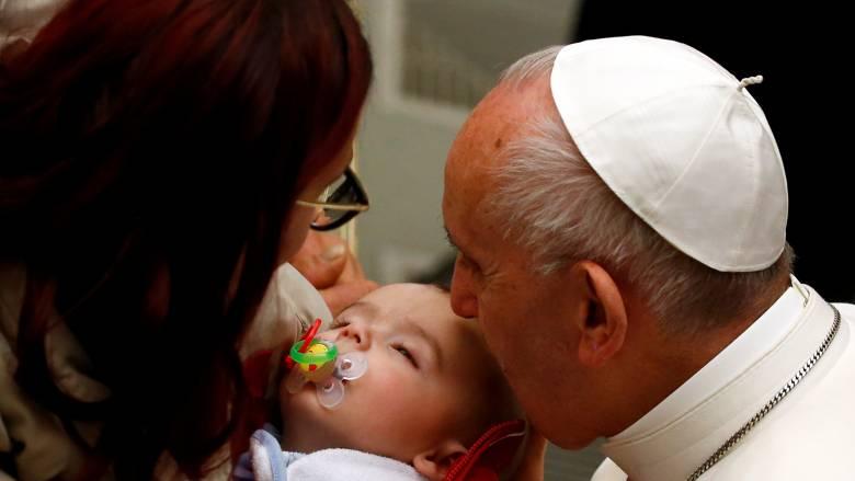 Πάπας Φραγκίσκος: Προέτρεψε μητέρες να θηλάσουν τα μωρά τους στη διάρκεια τελετής