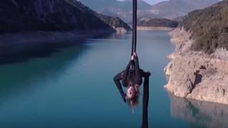 Η Κατερίνα Σολδάτου χορεύει στον αέρα από τη γέφυρα της Τατάρνας (vid)