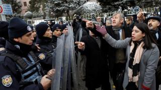Άγκυρα: Ένταση μεταξύ διαδηλωτών και αστυνομίας έξω από το Κοινοβούλιο (pics)