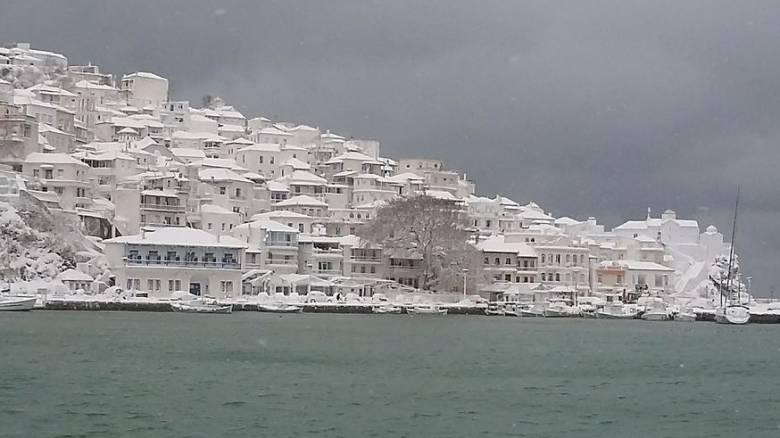Σκόπελος: Ένα μέτρο χιόνι μετά από 30 χρόνια (pics)