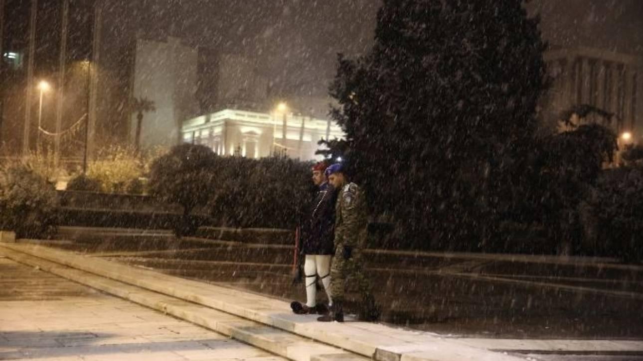 Καρέ καρέ η αλλαγή της Προεδρικής Φρουράς στο... παγωμένο Σύνταγμα (pics)