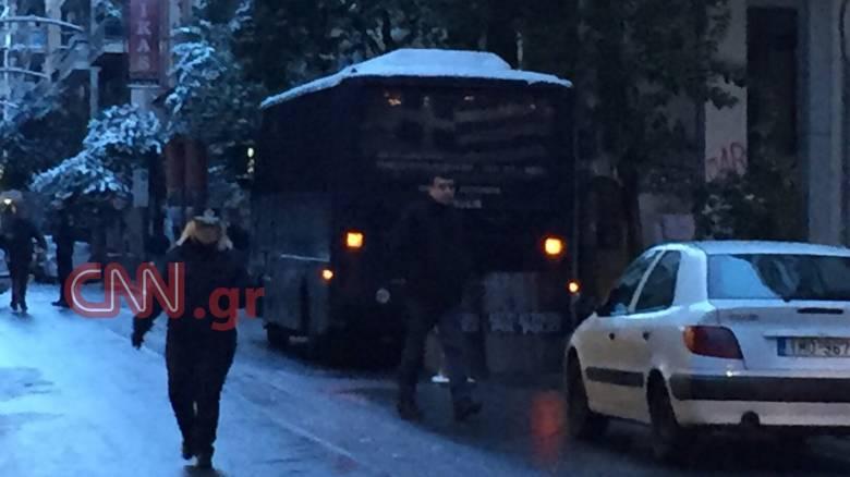 Αυτόπτης μάρτυρας περιγράφει στο CNN Greece τη στιγμή της επίθεσης στα γραφεία του ΠΑΣΟΚ (aud)