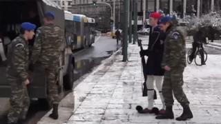 Το δύσκολο έργο των Ευζώνων μέσα στο χιονιά (vid)