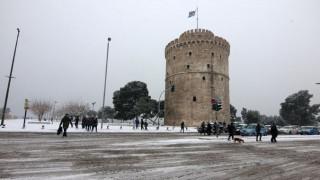 Στη «μάχη» με τον πάγο ρίχνονται δύο αλατιέρες στη Θεσσαλονίκη