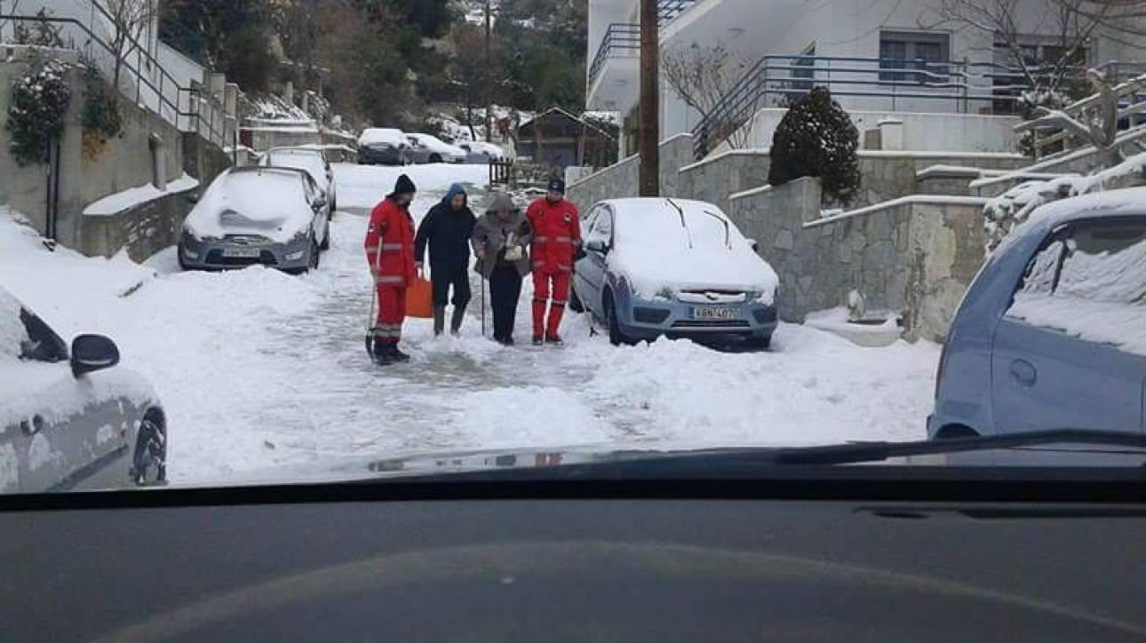 Μαρτυρίες και φωτογραφίες της διάσωσης ανθρώπων από τα χιόνια