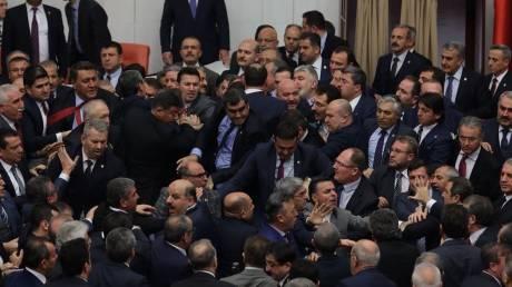Ξύλο στην τουρκική βουλή: Βουλευτές πιάστηκαν στα χέρια (pics&vid)