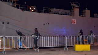 Μεταφέρθηκαν στο πλοίο του Πολεμικού Ναυτικού οι πρώτοι 40 πρόσφυγες