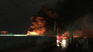 Μεγάλη πυρκαγιά σε αποθήκη ελαστικών στον Ταύρο (pics&vid)