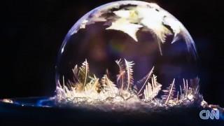 Όλη η μαγεία της φύσης σε ένα βίντεο: Όταν μία σαπουνόφουσκα παγώνει