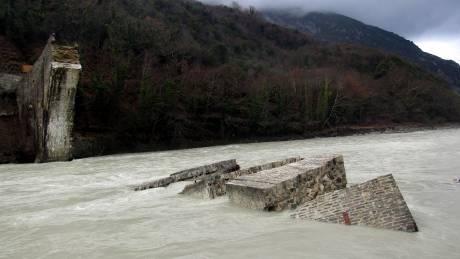 Ποιος επιχειρηματίας αναλαμβάνει την αναστήλωση του γεφυριού της Πλάκας
