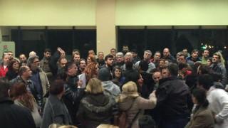 Γονείς πιάστηκαν στα χέρια στο δημοτικό συμβούλιο του Περάματος (vid)