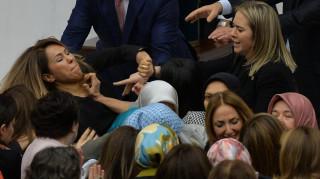 Χειροπέδες, μαλλιοτραβήγματα και τραυματισμοί στο τουρκικό κοινοβούλιο (pics&vid)