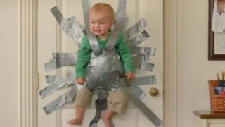 ΗΠΑ: Μητέρα κόλλησε τον 2χρονο γιο της στον τοίχο με μονωτική ταινία (pics&vid)