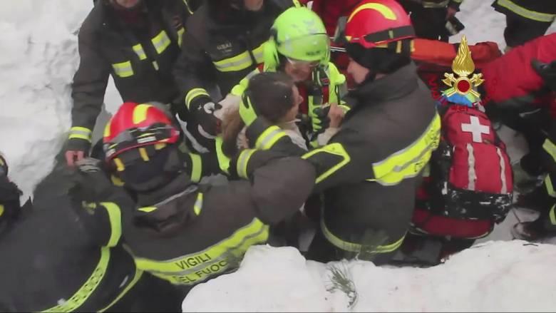 Χιονοστιβάδα Ιταλία: Τέσσερα ακόμη άτομα ανασύρθηκαν ζωντανά (pics)
