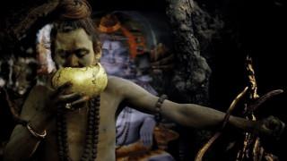 Πρόσωπο με πρόσωπο με τους κανίβαλους ασκητές του Γάγγη (video)