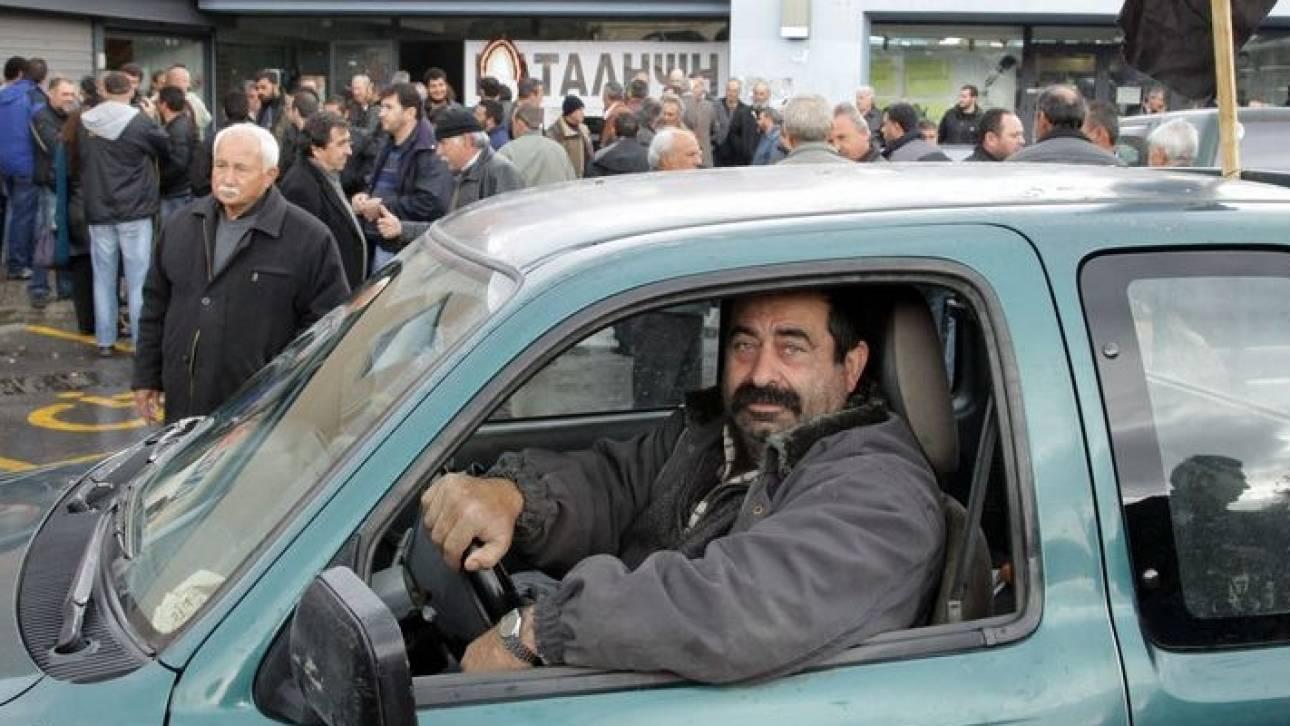 Ηράκλειο: Παράσταση διαμαρτυρίας στη ΔΟΥ από αγρότες