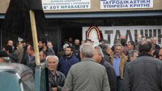 Διαμαρτυρία από αγρότες στη ΔΟΥ Ηρακλείου