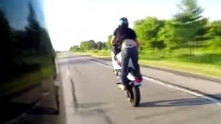 Η άτσαλη σούζα ενός μοτοσικλετιστή που έγινε viral (pics&vid)