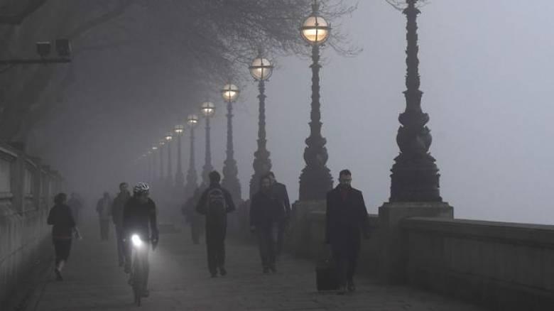 Πυκνή ομίχλη έχει σκεπάσει τη Βρετανία – ακυρώσεις πτήσεων (pics)