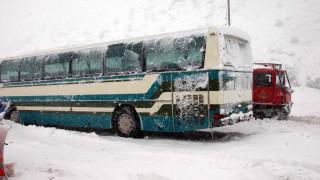 Καλάβρυτα: Εγκλωβίστηκε στα χιόνια λεωφορείο με μαθητές