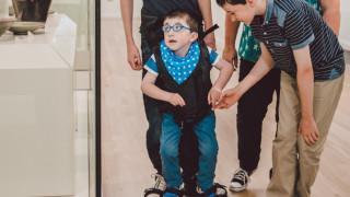 Παιδί με εγκεφαλική παράλυση κάνει τα πρώτα του βήματα (pics)