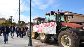 Μπλόκα αγροτών: Βγήκαν στους δρόμους τα τρακτέρ στη Λάρισα