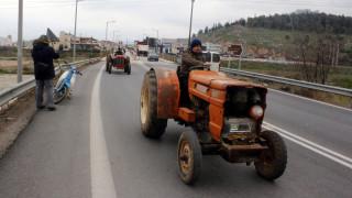 Αγρότες μπλόκα: Κλειστός ο κόμβος της Ιονίας Οδού