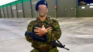 Κι άλλος οπλίτης φωτογραφίζεται με το σήμα του αλβανικού αετού