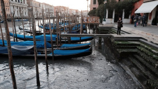 Συγκλονιστικό βίντεο: Άντρας πνίγεται αβοήθητος σε κανάλι της Βενετίας