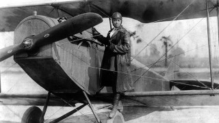 Bessie Coleman: Αφιερωμένο στην πρώτη Αφροαμερικανή αεροπόρο το doodle της Google