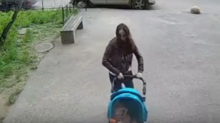 Ρωσία: Μητέρα επιβιώνει ως από θαύμα σε σοκαριστικό ατύχημα (vid)