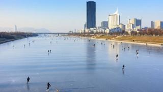 Εντυπωσιακές εικόνες από τον παγωμένο Δούναβη