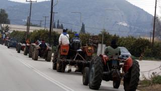 Μπλόκα αγροτών: Κλείνουν η μία μετά την άλλη οι εθνικές οδοί (vid)