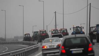 Μπλόκα αγροτών: Έφτασαν τα πρώτα τρακτέρ στον κόμβο της Νίκαιας