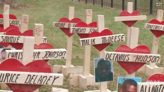 O ξυλουργός που φτιάχνει σταυρούς για τα θύματα ένοπλης βίας στην Αμερική