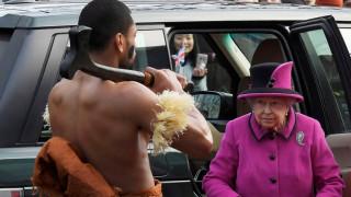 Η εντυπωσιακή εμφάνιση της βασίλισσας Ελισάβετ μετά το κρυολόγημα (pics)