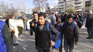 Υποδέχθηκαν τα προσφυγόπουλα με χορούς και χειροκροτήματα (pics&vid)