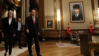 Η Τερέζα Μέι κάλεσε τον Ερντογάν να τηρήσει το Κράτος Δικαίου