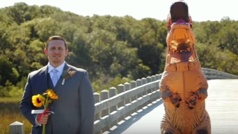Η νύφη που ντύθηκε... δεινόσαυρος (vid)