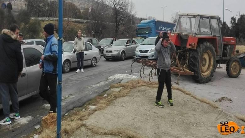Αγρότες έκλεισαν την εθνική οδό Θεσσαλονίκης – Ευζώνων (pics)