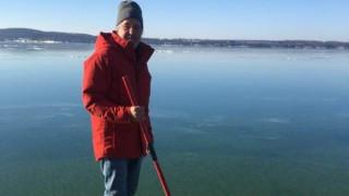 Η οφθαλμαπάτη που τρέλανε το διαδίκτυο: Άνδρας  περπατά πάνω σε παγωμένη λίμνη (pics)