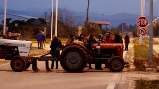Μπλόκα αγροτών: Στο τελωνείο Ευζώνων έφτασαν τα τρακτέρ