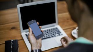 Μόνοι κι εμμονικοί στα social media