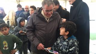 Μοίρασε λεξικά σε προσφυγόπουλα ο Γιάννης Μουζάλας